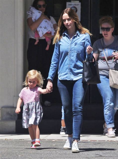 emily-blunt-daughter-out4 | Celeb Baby Laundry